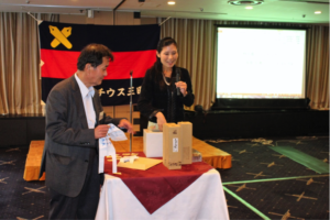 抽選会の当選番号を発表する新川幹事(右)と佐々木幹事