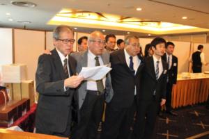 全員で若き血   司会の鈴木幹事(左端)