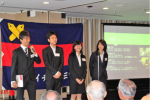勉強会、三田祭の案内をする学生西田代表他役員の皆さん