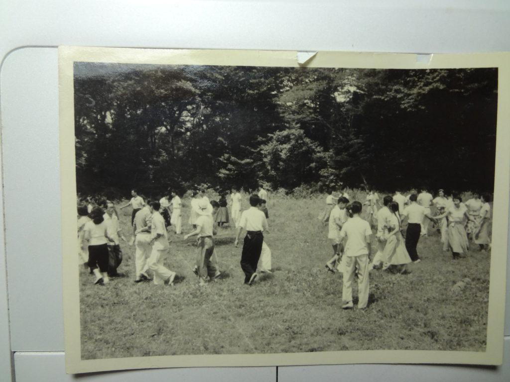 軽井沢・興望館の合宿でフォークダンスをしている当時の学生たち